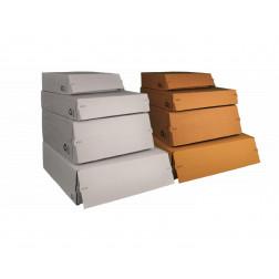 Versandbox mit einem Selbstklebestreifen und Aufreißperforation